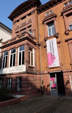 Der Nassauische Kunstverein residiert in einer Gründerzeitvilla in Wiesbadens feiner Wilhelmstrasse. Er ist die älteste Kunstinstitution Wiesbadens, eurokunst