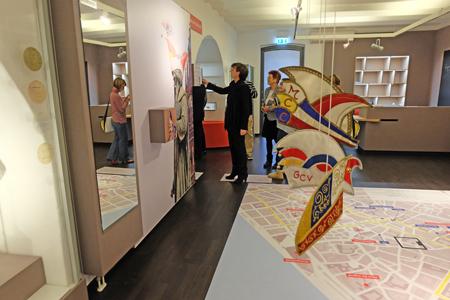 Das Foyer ist ist auch museumspädagogisch mit bestimmten Nischen für Kinder eingerichtet worden mit Mainzer Stadtplan, auf dem der Rosenmontagszug eingezeichnet ist, als Bodenbelag. Foto: Diether v. Goddenthow