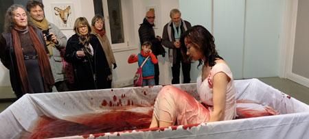Kaiser u. Craem exkluded  Li Xinmo entsteigt als Protest gegen Folter einer mit Blutwasser gefüllten Badewanne