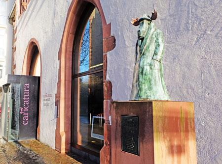 © massow-picture - der Elch, Symbol der neuen Frankfurter Schule grüßt hintersinnig die Besucher des Caricatura.