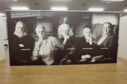 """Chlodwig Poth, F.W. Bernstein, F.K. Waechter, Robert Gernhard, Hans Traxler, die Begründer der ironischerweise """"neuen Frankfurter Schule"""" begrüßen die Besucher in der dritten Etage des Caricatura in Frankfurt"""