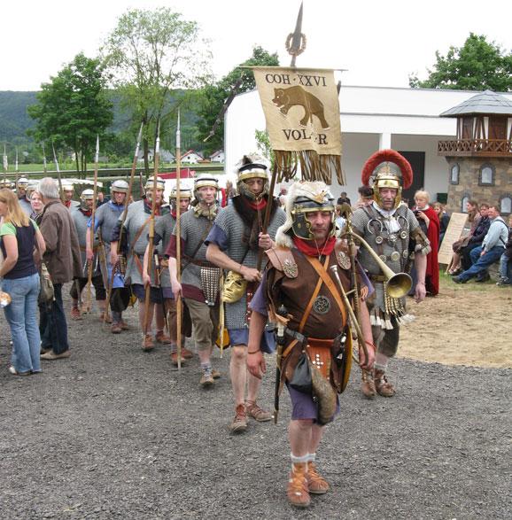 Die Cohorte XXVI. Vol C.R. Rheinbrohl marschiert auf dem Exerzierplatz des Erlebnismuseums. Foto: Diether v. Goddenthow.