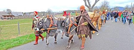 Ochsenknechte führen hinter den bewaffneten Freien das Ochsengespann mit der Verpflegung
