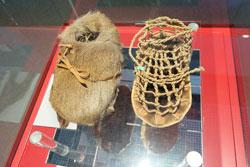© massow-picture Rekonstruktion: Ötzis-Schuhe zirka 5500 Jahre.