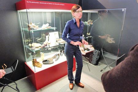 Nike U.Breyer M.A., Kuratorin der Ausstellung Form folgt Fuß, die sie mit Dr. Bernd Herkner, Leiter der Abteilung Museum Senckenberg, gemeinsam entwickelt hat, erläutert den Wandel vom Rokoko-Schuh zum fußgerechten Laufwerkzeug.