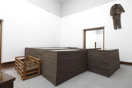 Joseph Beuys FOND III, 1969 / Grauballemann, 1952 / Filzanzug, 1970 Block Beuys, Raum 2 © VG Bild-Kunst Bonn 2014