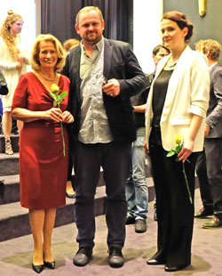 © massow-picture Kulturdezernentin Rose-Lore Scholz (l.) und Festivalleiterin Gabi Babic´ gratulieren Doppelpreisträger Ivan Ostrochovský nochmals persönlich nach der Preisvergabe.