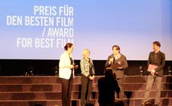 Vuk Ršumović bekommt für sein Erstlingswerk den Hauptpreis sowie auch den Preis für die beste Regie der Landeshauptstadt Wiesbaden