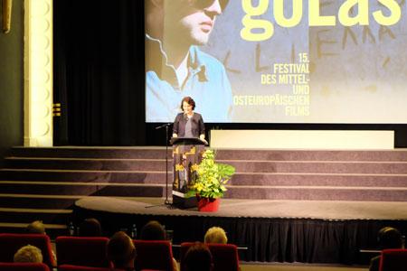 Gaby Babic, Festivalleiterin, führt während der Eröffnungsfeier die Gäste durchs Programm.