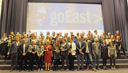 ©massow-picture: Zum Schluss des Preisverleihungsreigen stellten sich alle Aktiven von goEast 15 einem Gruppenfoto, ein wenig abschiedswehmütig: Aber nach dem Festival ist vor dem Festival goEast 16!