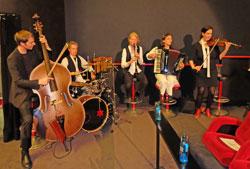 Die Musikgruppe Hotel-Ost sorgte - zwischen Klezma  und Django  Reinhardt - mit Geige, Akkordeon, Schlagzeug , Tuba, Kontrabass und Klarinette für den passenden klangvollen Rahmen.