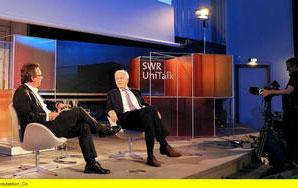 """Fritz Frey (li.) spricht beim SWR UniTalk mit Harald Schmidt (re.) über """"Wie es euch gefällt - Medienwelten zwischen Traumschiff und Tragödie"""". © SWR/Kristina Schäfer"""