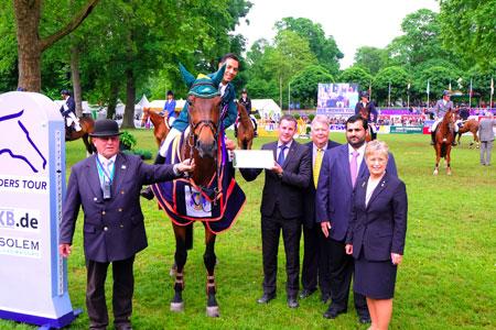 Sieger Kamal Bahamdan nimmt Gratulationen von Wiesbaden Oberbürgermeister Sven Gerich und WRFC-Präsidentin Kristina Dyckerhoff entgegen, © massow-picture