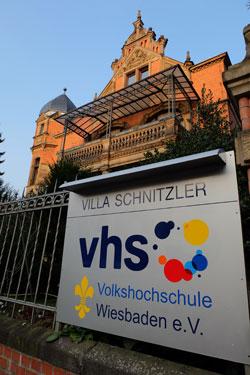 In der Villa Schnitzler in der Biebricher Allee 42 werden insbesondere Kurse der Fachbereiche  Kultur und Kreativität sowie Philosphie und Politik angeboten.
