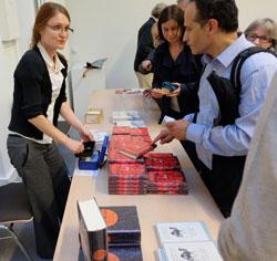 Andrea Volland kommt kaum nach beim Verkauf Navid Kermanis Werke © massow-picture