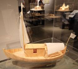 Die Badeschaluppe, ein am Strand vertäutes Segelboot, wurde zum Baden ins Meer gebracht.