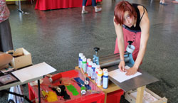 Freundeskreis Buchkinder Leipzig e.V. zeigt Kindern, wie sie selbst ein Buch machen können. © massow-picture