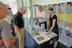 Ror Wolfs Werke gibt es in guten Buchhandlungen. Foto: Büchertisch der Buchhandlung Dr. Vaternahm An den Quellen   © massow-picture