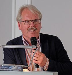 Dr. Bernd Blisch, Komm. Direktor Stadtmuseum Wiesbaden, hielt die Einführungsrede für die präsentierten Wiesbadener Exponate.