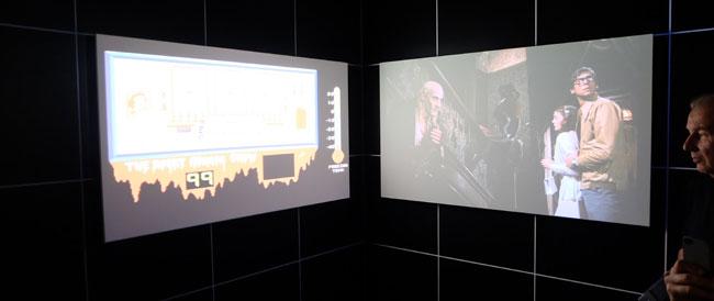 Auf der ersten Ausstellung ihrer Art werden Filme und daraus entwickelte Videospiele parallel auf Monitoren gezeigt, um Betrachtern audiovisuelle Vergleiche zu ermöglichen. Hier am Beispiel des Filmklassikers THE ROCKY HORROR PICTURE SHOW, der Vorlage für eines der ersten Videospiele war.