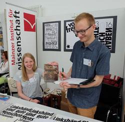 Studenten der Buchwissenschaften Mainz unterzeichnen auf der Minipressenmesse Mainz eine  Petition zum Erhalt des alten Gerichtes in Wiesbaden
