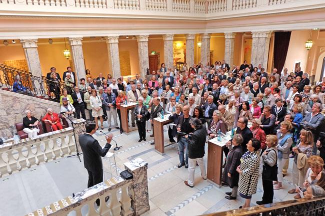 Jan Rock, Direktor für Unternehmenskommunikation der Henkell Sektkellerei Wiesbaden, begrüßt die Gäste zur Premieren-Vernissage im Marmorsaal von Henkelsfeld an der Biebricher Allee. © massow-picture