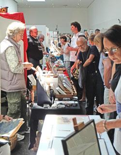 Ein Treffen zwischen ganz besonderen Menschen mit Visionen und Leidenschaft für Bücher und Buchkunst und Künstlerische Handpressen ist seit 45 Jahren immer wieder die Internationale Mainzer Minipressenmesse, die nun zum zweiten Mal in der Rheingoldhalle und nicht mehr in Zelten am Rheinufer stattfand. © massow-picture