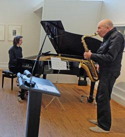 Umrahmt von den Jazzmusikern Michael Wollny (li) Piano und Heinz Sauer (Saxophon) wurden am vergangenen Sonntag feierlich die 19. Literaturtage in der Aula des Kunsthauses am Schulberg 10 eröffnet.