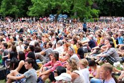 7000 feiern seine Heiligkeit am 12. Juli im Wiesbadener Kurpark.Foto: massow-picture