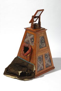 Pyramidale Camera obscura. Samuel Gottlieb Hofmann (1726-1801), Leipzig, nach 1785. Birkenholz gebeizt, Objektive aus Nussbaumholz, farbiges Papier, Glas, Seide. Inv. Nr. Ph.C.57/30. Foto: Wolfgang Fuhrmannek