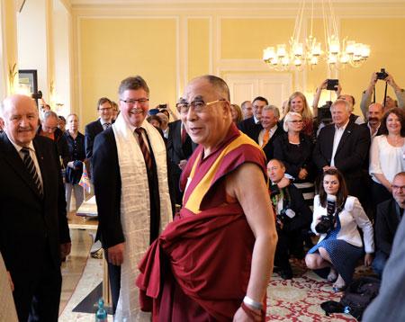Wolfgang Nickel, Arno Goßmann und Dalai Lama beim großen Empfang im Wiesbadener Rathaus. Foto: massow-picture