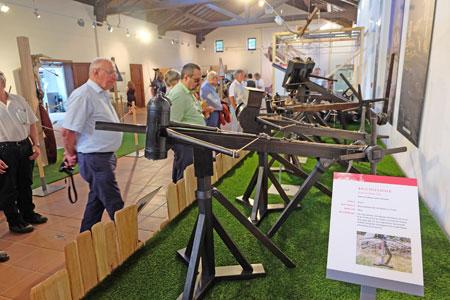 Sammlung von Rekonstruktionen und Funktionsmodellen antiker Geschütze der Saalburg, erstmals vollständig gezeigt. © massow-picture