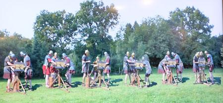 """An dem Thementag """"Antike Artillerie"""" werden die verschiedenen rekonstruierten Geschütze von den Soldaten der Vexillatio Legionis Octaviae Augustae (VEX LEG VIII AUG) erläutert und in der Praxis vorgeführt. Die VEX LEG VIII AUG baut und experimentiert seit über 20 Jahren mit antiken Geschützen und präsentiert an diesem Tag erstmals ihre gesammelten Erfahrungen. © massow-picture"""