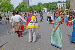 Tibeter Exilanten tanzen seit den Morgenstunden vor dem Wiesbadener Kurhauseingang für den Dalai Lama.Foto: massow-picture