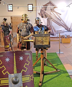 Soldaten-Großpuppen der Vexillatio Legionis Octaviae Augustae (VEX LEG VIII AUG) bedienen ein römisches Feldgeschütz  © massow-picture