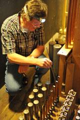 Friedhelm Gerecke, von Hause aus Architekt, ist quasi ein Orgelflüsterer. Er kennt das wertvolle Instrument innen und auswendig, hier beim Stimmen, was, da die Raumtemperatur anders wie in Kirchen im Kurhaus häufig wechseln.© Foto Ansgar-Klostermann