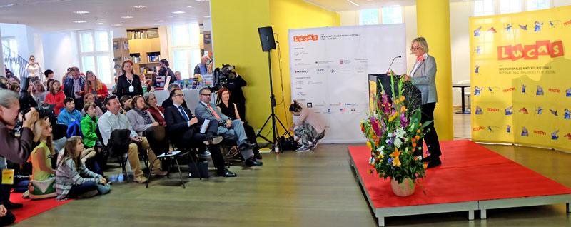 Claudia Dillmann begrüßt die Gäste zur Eröffnung des 38. Kinderfilmfestivals Lucas. © massow-picture