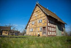 """Das Haus aus Mademühlen wird zum Schauplatz des Museumstheatertags """"Und über uns der Himmel""""."""