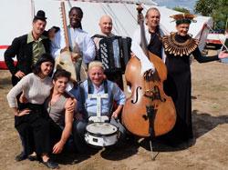 Künstler aus dem 15-köpfigen Ensemble von Cirque Bouffon. Foto © massow-picture