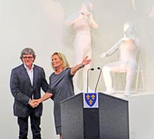 Künstler Dorel Doboca und Kulturdezernentin Rose-Lore Scholz bei der Vernissage. ©massow-picture