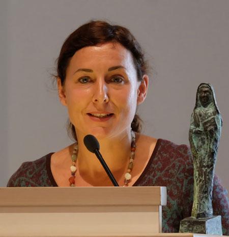 Dr. Juli Zeh, neben ihr der Publizistik-Preis in Form einer  Bronzefigur von Hildegard von Bingen  Foto © massow-picture