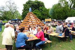 Lecker essen, trinken und gemütlich beisammen sitzen im Schatten der Pyramide des Obsthofes Paul  © massow-picture