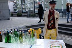 Bei Dr. Treznoks Flaschenpostamt kann man Nachrichten aufgeben, die dann in den Rhein gegeben und irgendwann ihren Empfänger  erreichen werden. © massow-picture