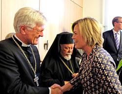 """Der Ratsvorsitzende der Evangelischen Kirche Deutschlands (EKD), Bischof Heinrich Bedford-Strohm im Gespräch mit Julia Klöckner, CDU-Fraktionsvorsitzende des Landestags Rheinland-Pfalz. """"Einanander annehmen gelte aber in beide Richtungen. Dass das nicht immer funktioniert, erfuhr unlängst Juliane Klöckner, als sich ein Imam weigerte ihr als Frau die Hand zu geben. """"Das Denken, das hinter der Verweigerung eines Handschlags an Frauen stecke, könne man nicht hinnehmen"""", waren sich beide einig. Inzwischen hat jemand von der Moscheegemeinde angerufen und sich entschuldigt. © massow-picture"""