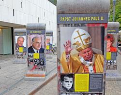 Vor dem Eingang des neuen Landtags erinnerten nachempfundene Berliner Mauerstücke mit Postern von Wegbereitern der Einheit an das 25jährige Jubiläum der Wiedervereinigung.