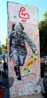 Original Mauersegmente erinnern am Mainufer an die Teilung Deutschlands und den Willen der Menschen zur Freiheit. © massow-picture