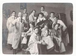 Hilla von Rebay (mit Hut) im Kreis ihrer MitstudentInnen in der Debschitz-Schule, München, ca. 1911, Foto: Archiv Rebay-Haus Teningen