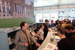 Viel Gedränge in den Zelten des Bundestages, Bundesrats und der Bundesregierung. © massow-picture