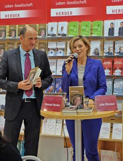 Manuel Herder im Gespräch mit Julia Klöckner während ihrer Buchpräsentation auf dem Stand des Herder-Verlages auf der 67. Frankfurter Buchmesse © massow-picture