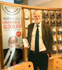 Manfred Lütz am Stand der Gütersloher Verlagsanstalt auf der diesjährigen Frankfurter Buchmesse. © martin massow